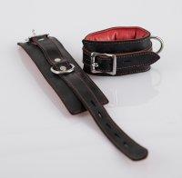 Vorschau: Leder Handfesseln schwarz/rot